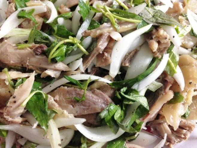 Gà trộn cùng hỗn hợp hành tây, rau răm, chanh, tiêu, gia vị